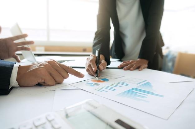 Mensen uit het bedrijfsleven ontmoeten ontwerpideeën professionele investeerder die een nieuw startproject werkt