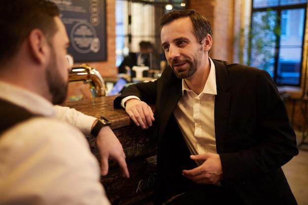 Mensen uit het bedrijfsleven ontspannen in de bar
