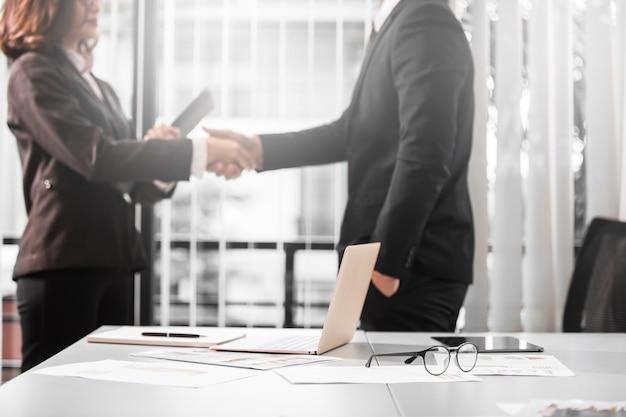 Mensen uit het bedrijfsleven op de werkruimte, business schudden handen concept.