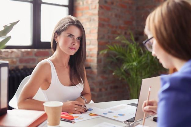 Mensen uit het bedrijfsleven op kantoor