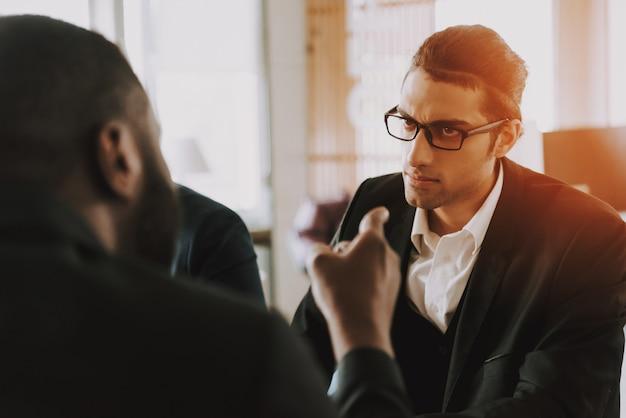 Mensen uit het bedrijfsleven op vergadering in office en praten.