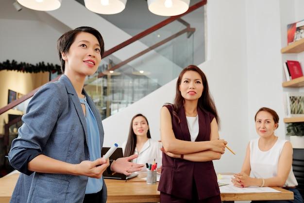 Mensen uit het bedrijfsleven op zakelijke seminar