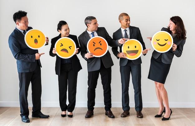 Mensen uit het bedrijfsleven permanent en emoji pictogrammen te houden