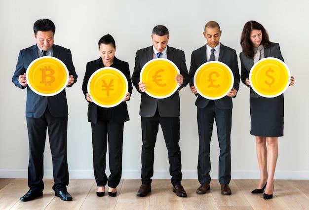 Mensen uit het bedrijfsleven permanent en houden van valutapictogrammen