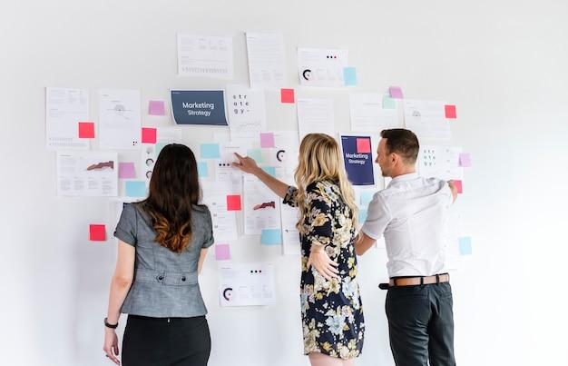 Mensen uit het bedrijfsleven plannen een marketingstrategie