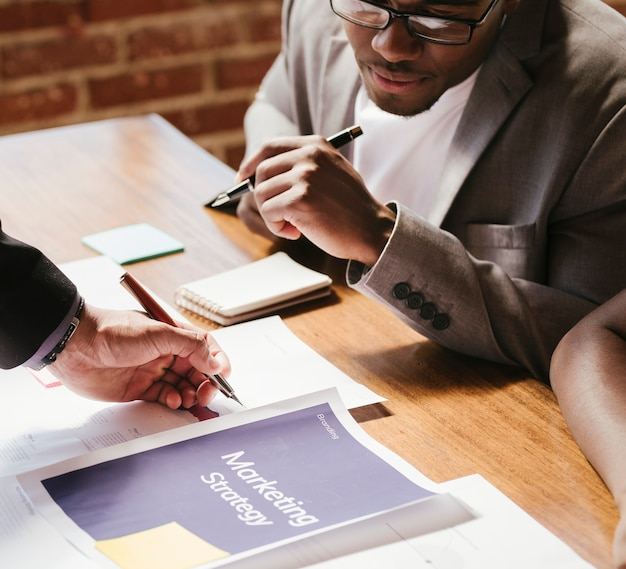 Mensen uit het bedrijfsleven plannen op een strategie
