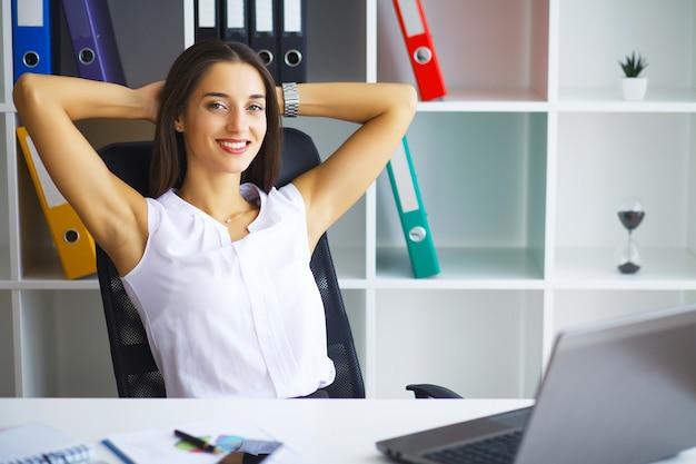 Mensen uit het bedrijfsleven. portret van vrouw in bureau