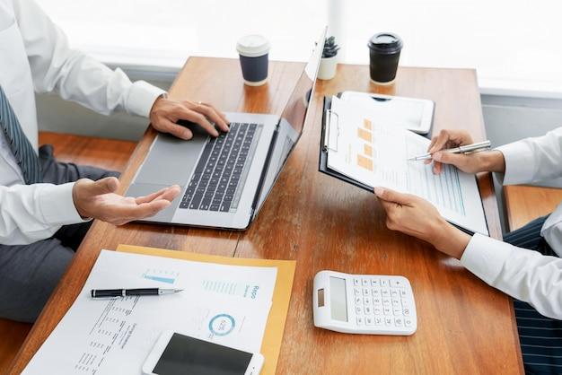 Mensen uit het bedrijfsleven praten bespreken met collega planning analyseren financiële document gegevens grafieken