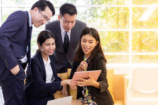 Mensen uit het bedrijfsleven praten bij cafe venster
