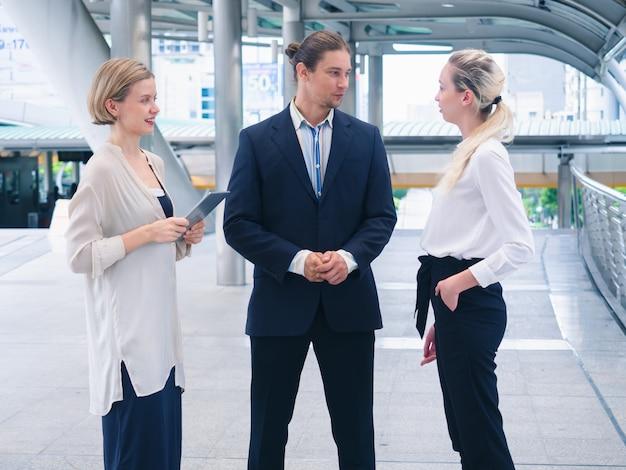 Mensen uit het bedrijfsleven praten buiten het kantoor