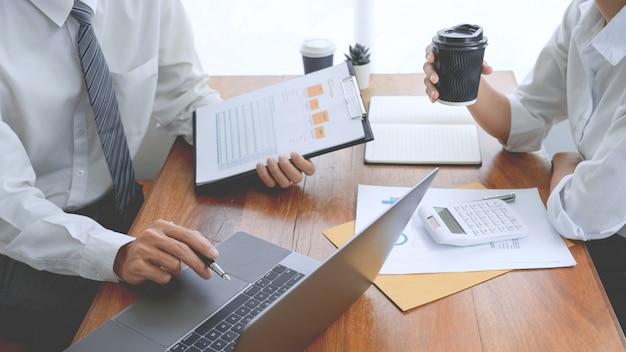 Mensen uit het bedrijfsleven praten en bespreken in een vergadering