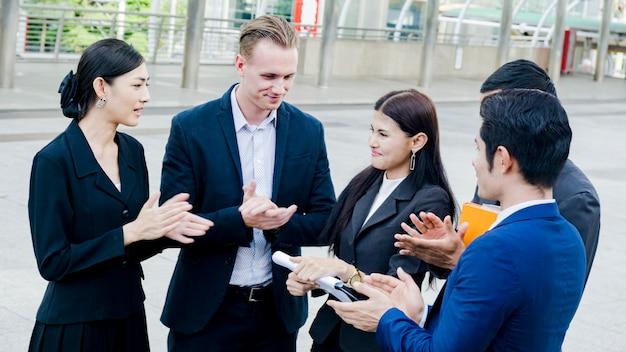 Mensen uit het bedrijfsleven praten over documenten