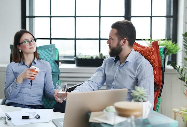 Mensen uit het bedrijfsleven praten