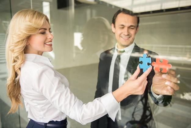 Mensen uit het bedrijfsleven proberen kleine stukjes van de puzzel te verbinden.