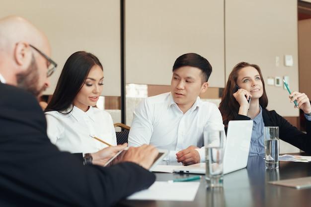 Mensen uit het bedrijfsleven samen te werken op conferentietafel