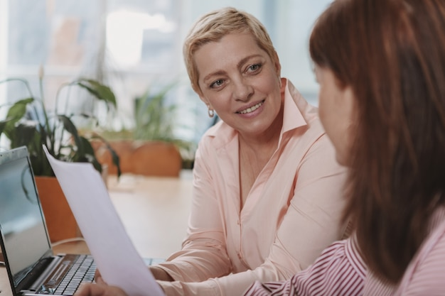 Mensen uit het bedrijfsleven samen te werken op kantoor