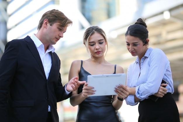 Mensen uit het bedrijfsleven samen te werken op project buiten kantoor, teamwork concept