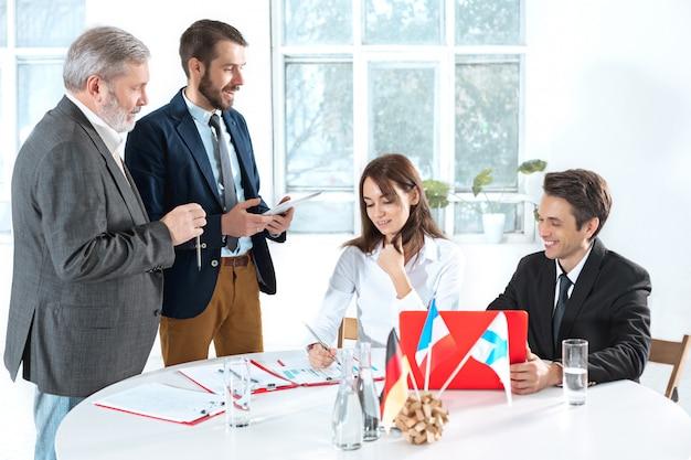 Mensen uit het bedrijfsleven samenwerken