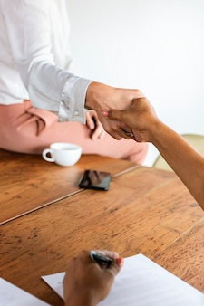 Mensen uit het bedrijfsleven schudden elkaar de hand