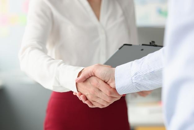 Mensen uit het bedrijfsleven schudden handen in handdruk close-up