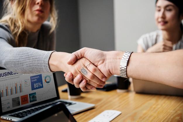 Mensen uit het bedrijfsleven schudden handen in instemming