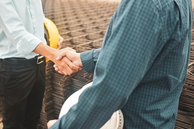 Mensen uit het bedrijfsleven schudden handen overeenkomst succes project landgoed bouwconstructie, hand schudden overeenkomst concept