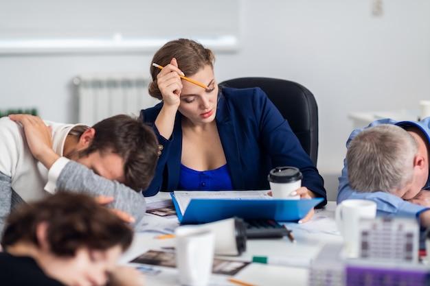 Mensen uit het bedrijfsleven slapen in de vergaderruimte terwijl ze een pauze van vijf minuten hebben
