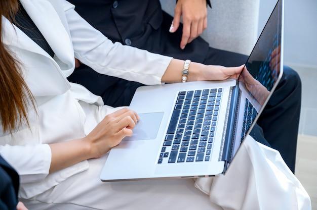 Mensen uit het bedrijfsleven spelen mobiele telefoons en gebruiken computers