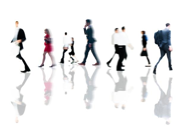 Mensen uit het bedrijfsleven spitsuur wandelen woon-werkverkeer concept