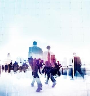 Mensen uit het bedrijfsleven spitsuur wandelen woon-werkverkeer stad concept