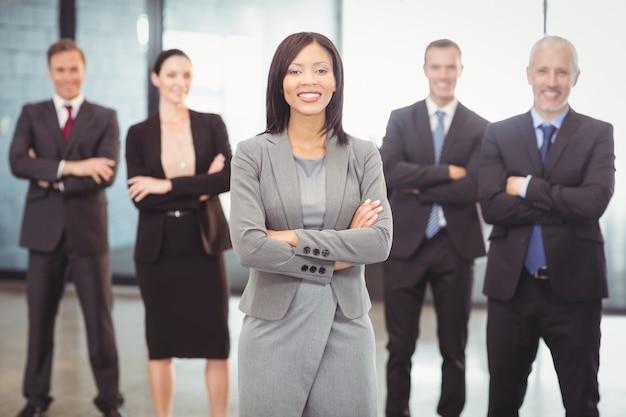 Mensen uit het bedrijfsleven staan met gekruiste armen