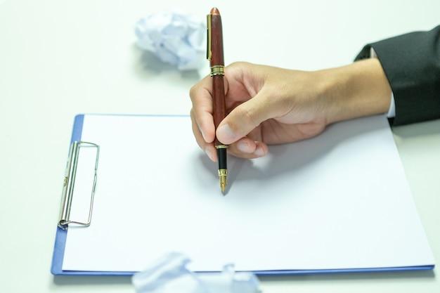 Mensen uit het bedrijfsleven staan op het punt te tekenen om het voorgestelde project goed te keuren.