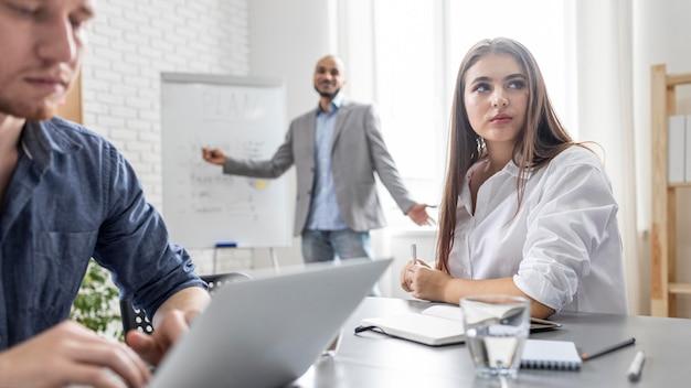 Mensen uit het bedrijfsleven teamwerk