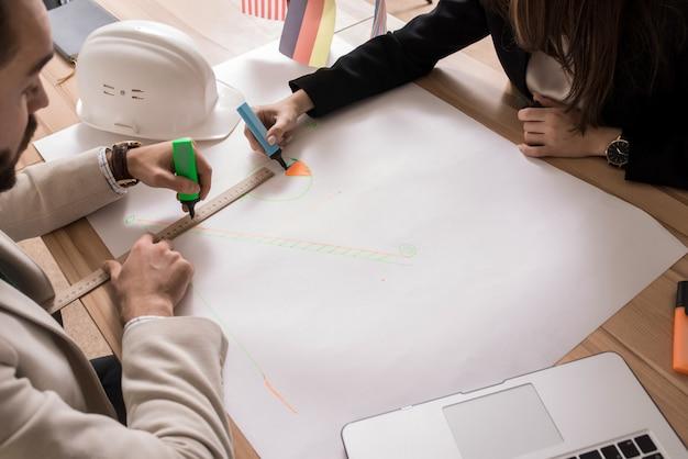 Mensen uit het bedrijfsleven tekenen van grafieken