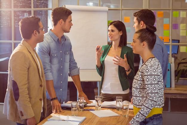 Mensen uit het bedrijfsleven tijdens een vergadering