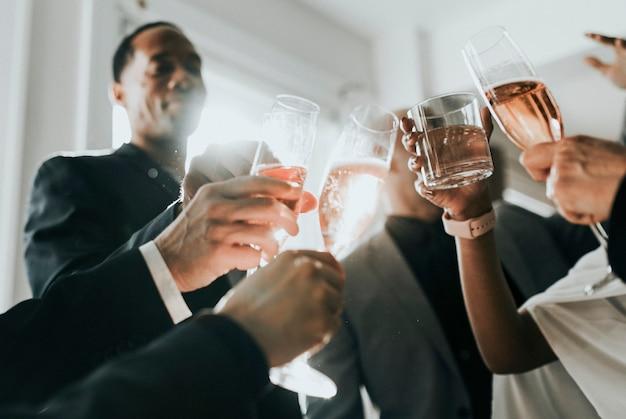 Mensen uit het bedrijfsleven toasten op een kantoorfeestje