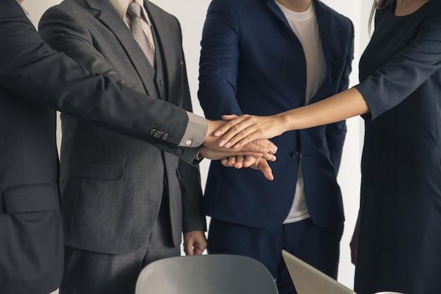 Mensen uit het bedrijfsleven toetreding tot de handen samen, succes en team werk concept.