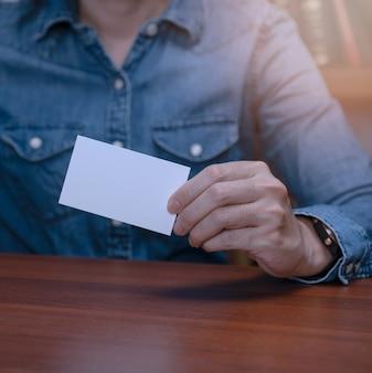 Mensen uit het bedrijfsleven tonen een blanco visitekaartje voor nieuwe verbindingen