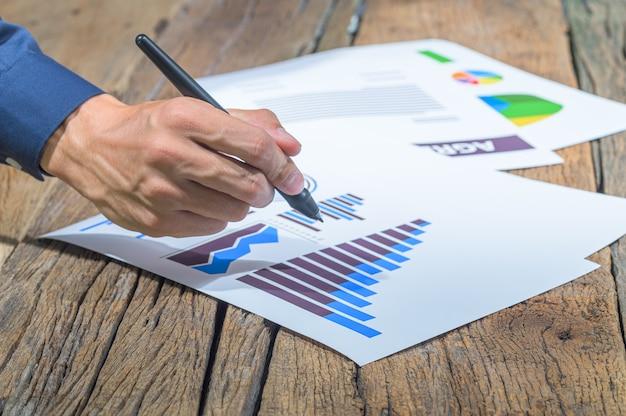 Mensen uit het bedrijfsleven tonen een staafdiagramrapport over de groei