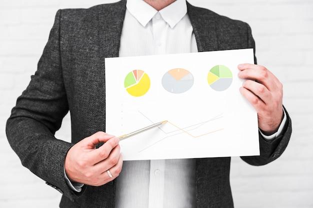 Mensen uit het bedrijfsleven tonen grafieken en statistieken