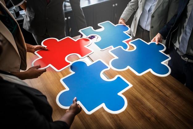 Mensen uit het bedrijfsleven verbinden puzzel stukjes