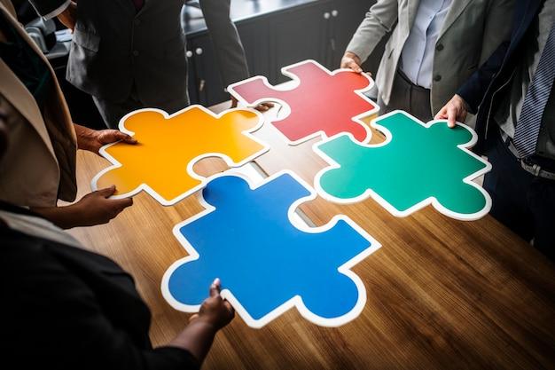 Mensen uit het bedrijfsleven verbinden puzzelstukjes