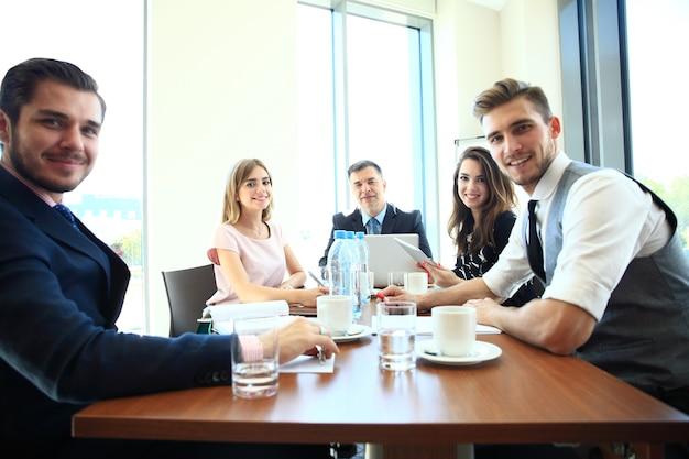 Mensen uit het bedrijfsleven vergadering conferentie discussie bedrijfsconcept.