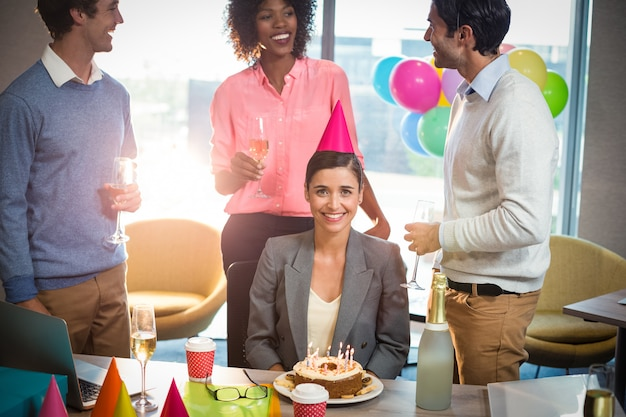 Mensen uit het bedrijfsleven verjaardag vieren