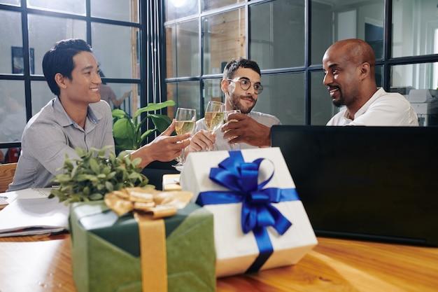 Mensen uit het bedrijfsleven vieren kerstmis
