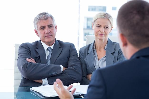 Mensen uit het bedrijfsleven voeren een interview