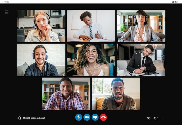 Mensen uit het bedrijfsleven voeren een videogesprek op het werk terwijl ze op afstand thuis werken. nieuwe normale levensstijl. bedrijfsconcept.