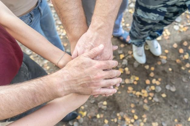 Mensen uit het bedrijfsleven vouwen hun handen in elkaar. teamwork, ondersteuningsconcept.