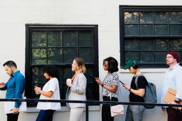 Mensen uit het bedrijfsleven wachten in de rij