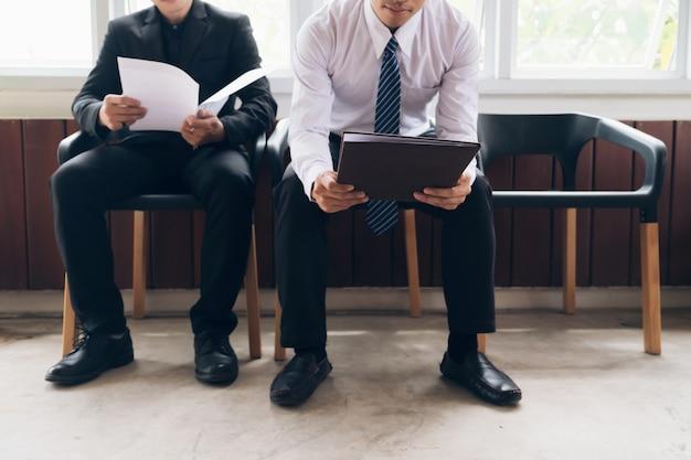 Mensen uit het bedrijfsleven wachten om te worden genoemd in een interview.